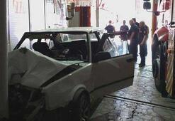 Freni boşalan otomobil itfaiye araç parkına girdi