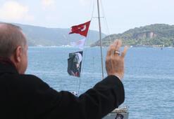 Cumhurbaşkanı Erdoğan, kendisini selamlayan teknelere el sallayarak karşılık verdi