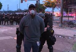 Son dakika... ABD polisi çıldırdı CNN muhabirine canlı yayında ters kelepçe...