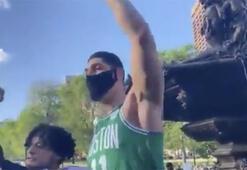 FETÖcü Enes Kanter, ABDde protestoculara destek verirken görüntülendi...