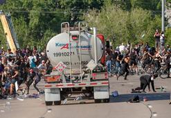 ABDden korkunç görüntüler... TIR, protestocuların arasına böyle daldı