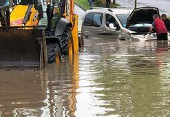 Caddeler göle döndü Araçlar suya gömüldü...
