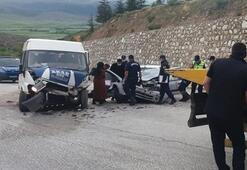 Minibüs ile otomobil çarpıştı: 2 ölü, 8 yaralı