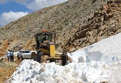 Toroslara göç eden Yörüklerin karla kaplı yolu açılıyor