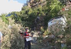 Kafa kafaya çarpışan araçlardan fırlayan yolcular çaya uçtu
