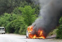 Maltepede korku dolu anlar Seyir halindeki otomobil alev alev yandı