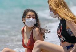 Antalyada tatilciler maske takıp sosyal mesafeye uyarak güneşlendi