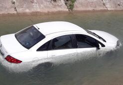 Son dakika... Virajı alamayan otomobil sulama kanalına düştü