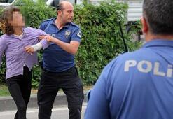 Sarhoş kadın taksiciye bıçak çekip aynalarını kırdı