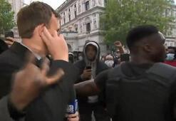 İngilterede bir gazetecinin canlı yayında saldırıya uğradığı anlar kamerada