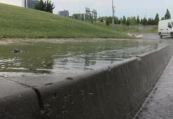 Fıskiyelerden akan ve asfalta taşan sular kaza riski oluşturuyor