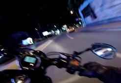 Şişlide virajı alamayan motosiklet sürücüsü refüje çarparak böyle takla attı