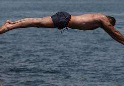 Sıcak havayı fırsat bilen İstanbullular Sarayburnunda denize girdi