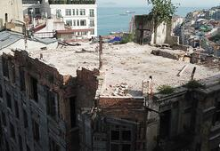 Tarihi binanın duvarı çöktü: 3 yaralı