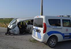 Son dakika... Konyada minibüs elektrik direğine çarptı: 4 yaralı