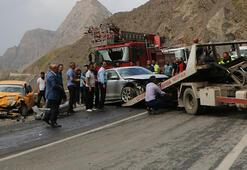 Hakkaride iki araç çarpıştı: 2si ağır 4 yaralı