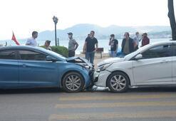 Otomobiller kafa kafaya çarpıştı  2 kişi yaralandı