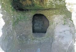 Defineciler, asırlık mezarları talan etti