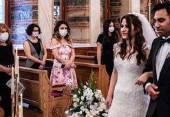 Sosyal mesafe ve maskeli ilk kilise düğünü