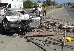 Antalyada korkunç kaza Demir profiller araca saplandı...