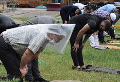 Sivasta yağmur altında cuma namazı şemsiye, poşet ve kartonlarla önlem aldılar