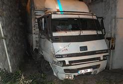 Kocaelide kamyon istinat duvarına çarptı, mahalleli araçtakilere ikramda bulundu
