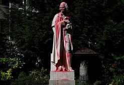 Pariste Voltairein heykeli kırmızıya boyandı