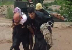Kocaelide sel sularının ortasında kalan kadın ve köpeği kurtarıldı
