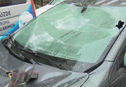 Sağanak yağışın etkili olduğu Esenyurtta çatıdan kopan parçalar araçlara hasar verdi