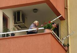 Balkonda mahsur kalan anne ile kızını itfaiye kurtardı