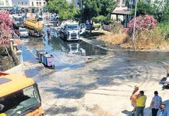 Boru patladı, yol atık suyla doldu