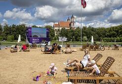 Litvanyalılar başkent Vilniusta güneşin tadını çıkardı