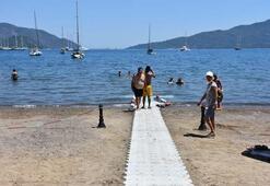 Marmaris Halk Plajında mavi bayraklar dalgalanmaya başladı