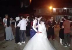 Düğünde sosyal mesafeyi unuttular