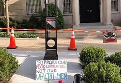 Protestocular dünyanın en zengin kişisi Bezosun evinin önüne giyotin kurdu