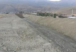 Erzincanda dere taştı: Yol ulaşıma kapandı