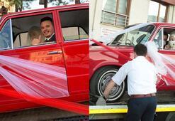 Klasik otomobili yıpranmasın diye çekici üzerinde gelin almaya gitti