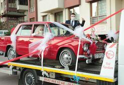 Görenler hayretle baktı Klasik otomobili yıpranmasın diye...