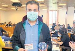 Komisyonda AK Partililere avukat cübbesi hediye edildi