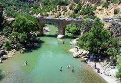 Kavurucu sıcaktan bunalanlar tarihi Taşköprüde serinliyor