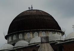 Bursa'da cami kubbesini tamir eden işçiler yürekleri ağızlara getirdi