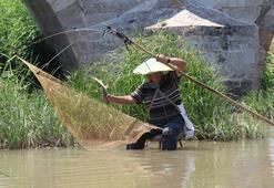 Kullandığı ilginç yöntemle günde 10-15 kilo balık yakalıyor