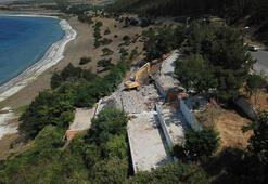 Salda Gölü kıyısındaki kaçak yapı yıkılıyor