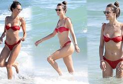Alessandra Ambrosio denizin tadını çıkardı