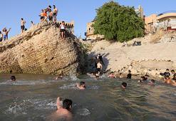 Hava sıcaklığının 50 dereceye ulaştığı Bağdat'ta halk, çareyi Dicle  Nehrinde serinlemekte buluyor
