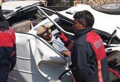 Mersinde direğe çarpan minibüs devrildi: 2 kişi sıkıştı