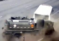 Tanker, yolcu otobüsüne böyle çarptı