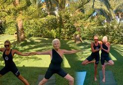 Eda Taşpınar, anneannesiyle yoga yaptı