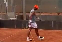 Rafael Nadal antrenman sonrası kortu kendisi düzeltiyor...