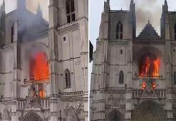 15. yüzyıldan kalan katedralde yangın